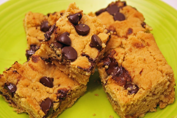 Peanut Butter Chocolate Chip Blondies | www.rappsodyinrooms.com